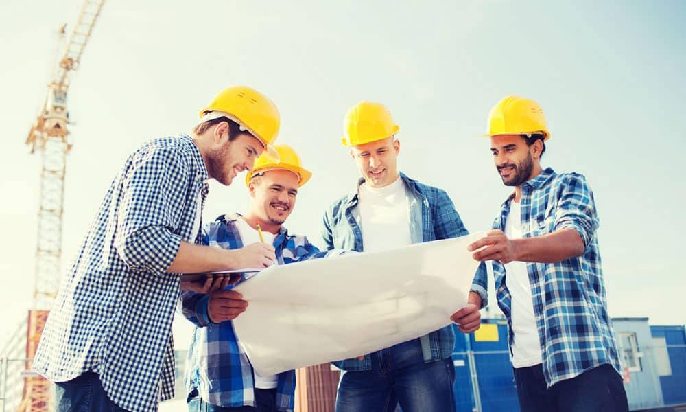 constructores con casco de seguridad